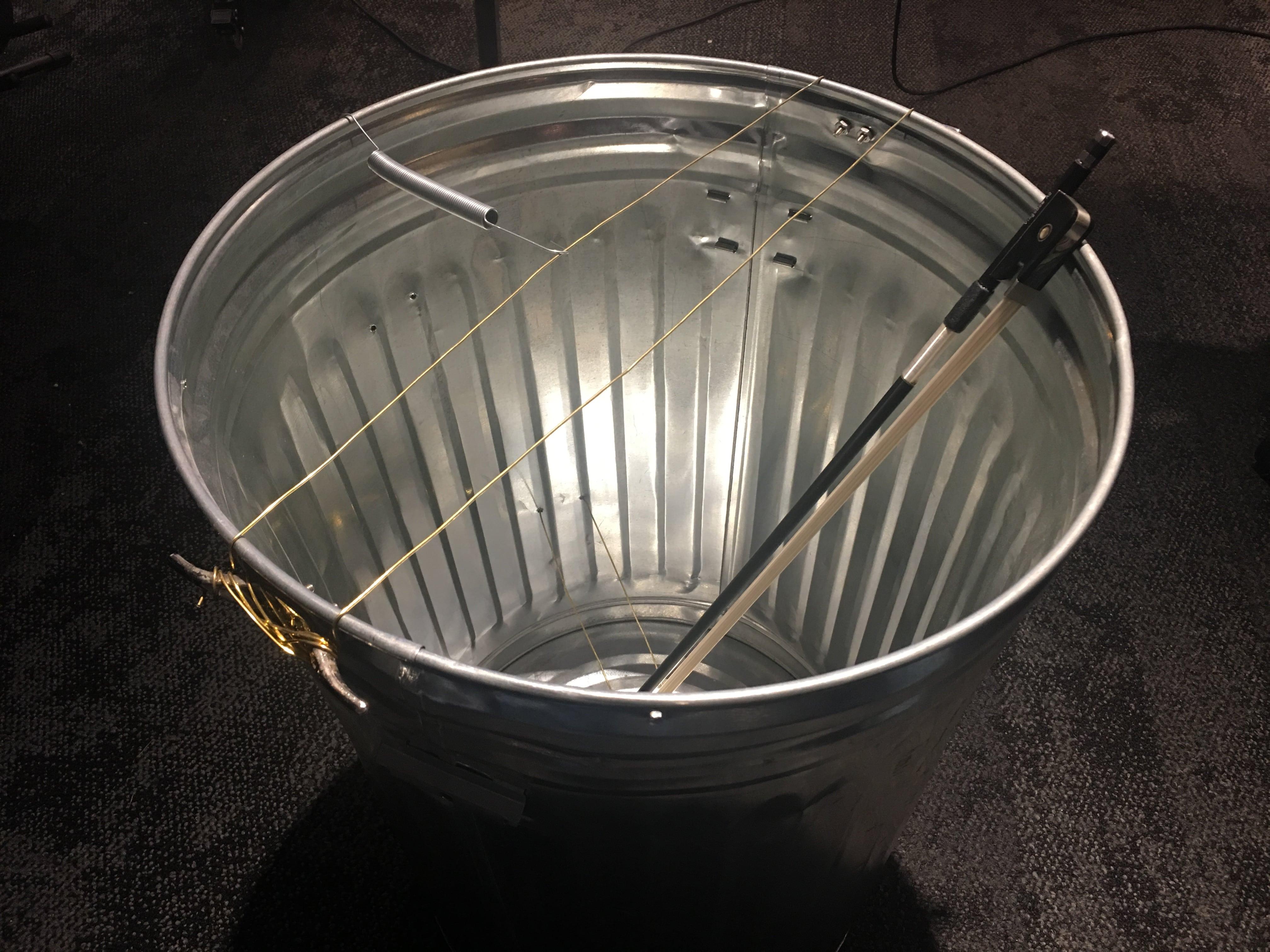 Instrument à percussion constitué d'une poubelle et de quelques fils