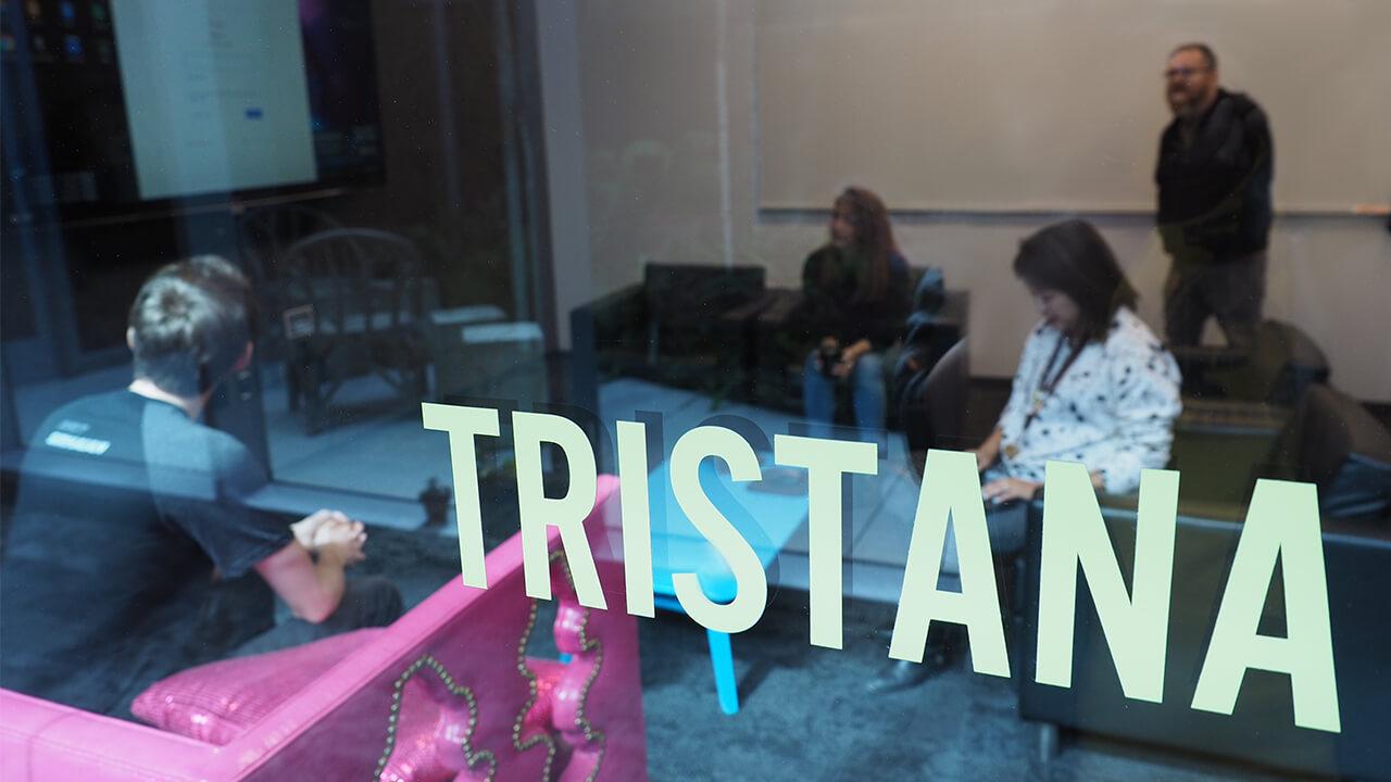 꼬마 악마 트리스타나 팀원의 절반 정도가 모여 첫 회의를 준비하는 모습.